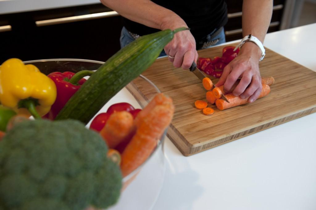 Evy Therese Innselset driver med bodyfitnes og kaller seg fitnesfrue. Hjemme går det  mye i frukt og grønt. Foto: Tor Erik H. Mathiesen
