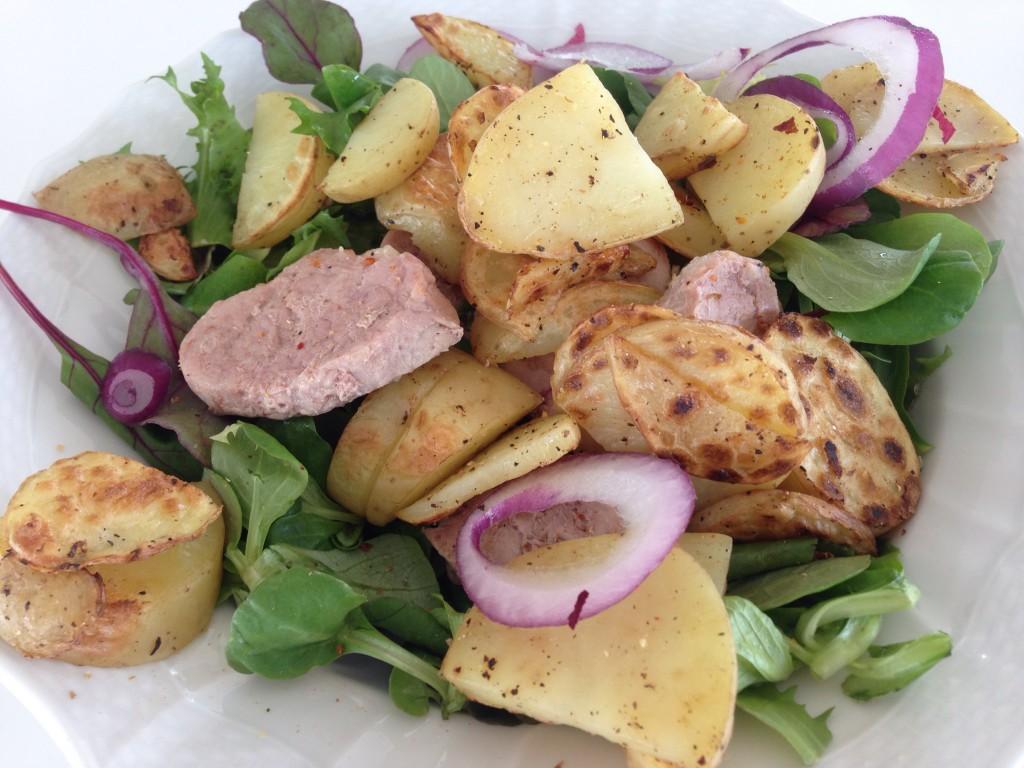 Dagens to varme måltid bestod av mixet salat, mandelpoteter og indrefilet :)